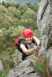 Weiblicher steigender Bergsteiger ein Felsen lizenzfreies stockfoto