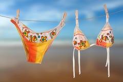 Weiblicher Strandbikinitrockner in der Sonne Stockfotografie