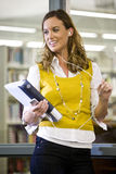Weiblicher Student, der heraus in der Bibliothek hängt Stockfotos
