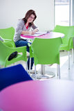 Weiblicher Student, der homeworkon Campus tut Stockfoto