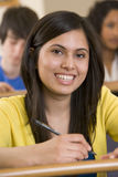 Weiblicher Student, der zu einem Vortrag hört Stockbilder