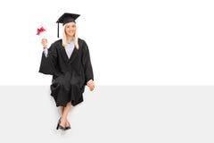Weiblicher Student im Aufbaustudium, der ein Diplom hält Stockfoto