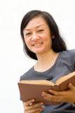 Weiblicher Student mit Buch lizenzfreie stockfotografie