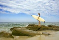 Weiblicher Surfer lizenzfreie stockbilder