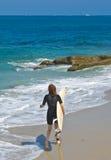 Weiblicher Surfer stockfotografie