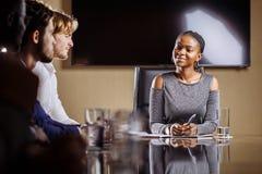 Weiblicher Teamleiter auf Sitzungs-Diskussion sprechend im Bürokonferenzsaal Stockfotos