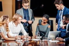 Weiblicher Teamleiter auf Sitzungs-Diskussion sprechend im Bürokonferenzsaal Lizenzfreie Stockfotos