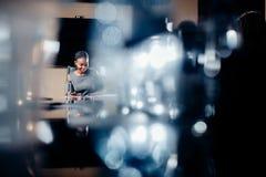 Weiblicher Teamleiter auf Sitzungs-Diskussion sprechend im Bürokonferenzsaal Lizenzfreie Stockfotografie