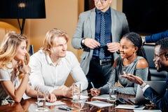 Weiblicher Teamleiter auf Sitzungs-Diskussion sprechend im Bürokonferenzsaal Lizenzfreies Stockfoto