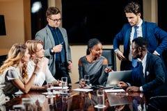 Weiblicher Teamleiter auf Sitzungs-Diskussion sprechend im Bürokonferenzsaal Lizenzfreies Stockbild