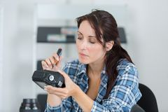 Weiblicher Techniker bauen Teilkamera zu örtlich festgelegtem auseinander stockfotos