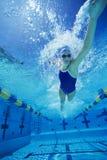 Weiblicher Teilnehmer, der Underwater schwimmt Stockfoto