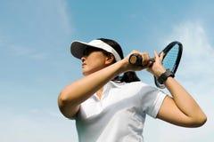 Weiblicher Tennisspieler über bluesky Hintergrund Stockfoto