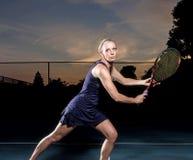 Weiblicher Tennisspieler bereit zum Ball Stockbilder