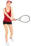Weiblicher Tennisspieler, der einen Schläger schwingt Stockbilder