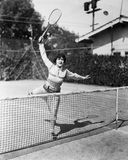 Weiblicher Tennisspieler, der für Schuss erreicht (alle dargestellten Personen sind nicht längeres lebendes und kein Zustand exis Lizenzfreie Stockfotos