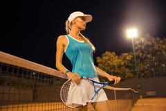 Weiblicher Tennisspieler, der am Gericht steht Stockfoto