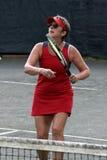 Weiblicher Tennisspieler im Rot lizenzfreie stockfotografie