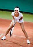 Weiblicher Tennisspieler am Lehmtennisgericht Stockfotografie