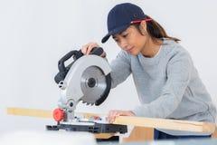 Weiblicher Tischler Using Circular Saw Lizenzfreies Stockbild