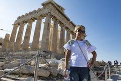 Weiblicher Tourist in der Akropolise lizenzfreie stockfotos