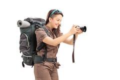 Weiblicher Tourist, der ein Foto mit einer Kamera macht Stockbilder