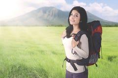 Weiblicher Tourist, der einen Rucksack auf Berg trägt Lizenzfreie Stockfotos