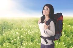Weiblicher Tourist, der einen Rucksack trägt Lizenzfreie Stockfotos
