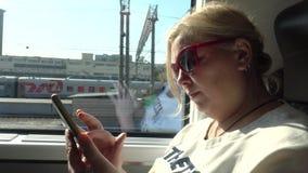 Weiblicher Tourist, der mit dem Zug reist Frau, die den Smartphone, die Nachrichten lesend betrachtet stock video