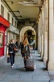 Weiblicher Tourist, der Reisetasche in Piazza-Bürgermeister zieht lizenzfreie stockfotografie