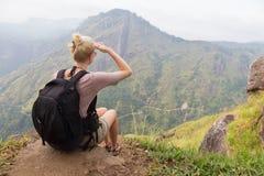 Weiblicher Tourist, der schöne Ansicht von Teeplantagen, Sri Lanka genießt Lizenzfreies Stockfoto