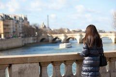 Weiblicher Tourist des alleinbrunette in Paris Lizenzfreie Stockfotos