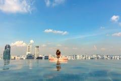 Weiblicher Tourist im Unendlichkeits-Pool von Marina Bay Singapore stockbilder