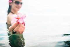 Weiblicher Tourist im Unendlichkeitspool des Hotelerholungsortes Lizenzfreies Stockbild