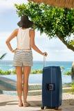 Weiblicher Tourist kam auf Sommerferien an Lizenzfreie Stockfotos