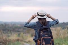 Weiblicher Tourist mit Rucksack in der Landschaft stockfotografie