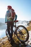 Weiblicher Tourist mit Rucksack und Fahrrad Lizenzfreies Stockfoto