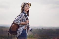 Weiblicher Tourist mit Rucksack und Kamera in der Landschaft stockfoto