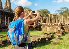 Weiblicher Tourist mit Smartphone in Bayon-Tempel Angkor, Kambodscha Stockfotografie