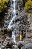 Weiblicher Tourist unter großem Wasserfall in der Türkei Kleidung für extrem stockbilder