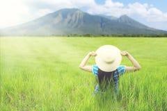 Weiblicher touristischer bewundern Bergblick Stockfotografie