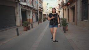 Weiblicher touristischer genießender Weg in der Stadt stock footage