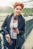 Weiblicher touristischer schauender Handy stockfotografie