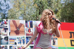 Weiblicher Transgendersänger Stockbild
