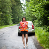 Weiblicher Treiber nach ihrem Auto hat aufgegliedert Stockbild