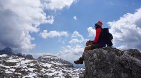 Weiblicher Trekker, der auf dem Rick mit schöner Landschaftsrückseite sitzt Stockfotos