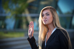 Weiblicher Unternehmensleiter mit einem durchdachten Ausdruck und einem raisi lizenzfreies stockfoto