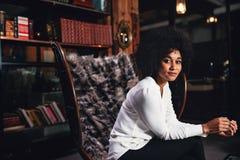 Weiblicher Unternehmer, der eine Pause von der Arbeit im Büro macht Stockbilder