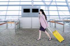Weiblicher Unternehmer, der hetzt, um einen Flug zu verschalen Stockbilder