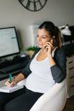 Weiblicher Unternehmer, der zu Hause Büro bearbeitet lizenzfreies stockfoto
